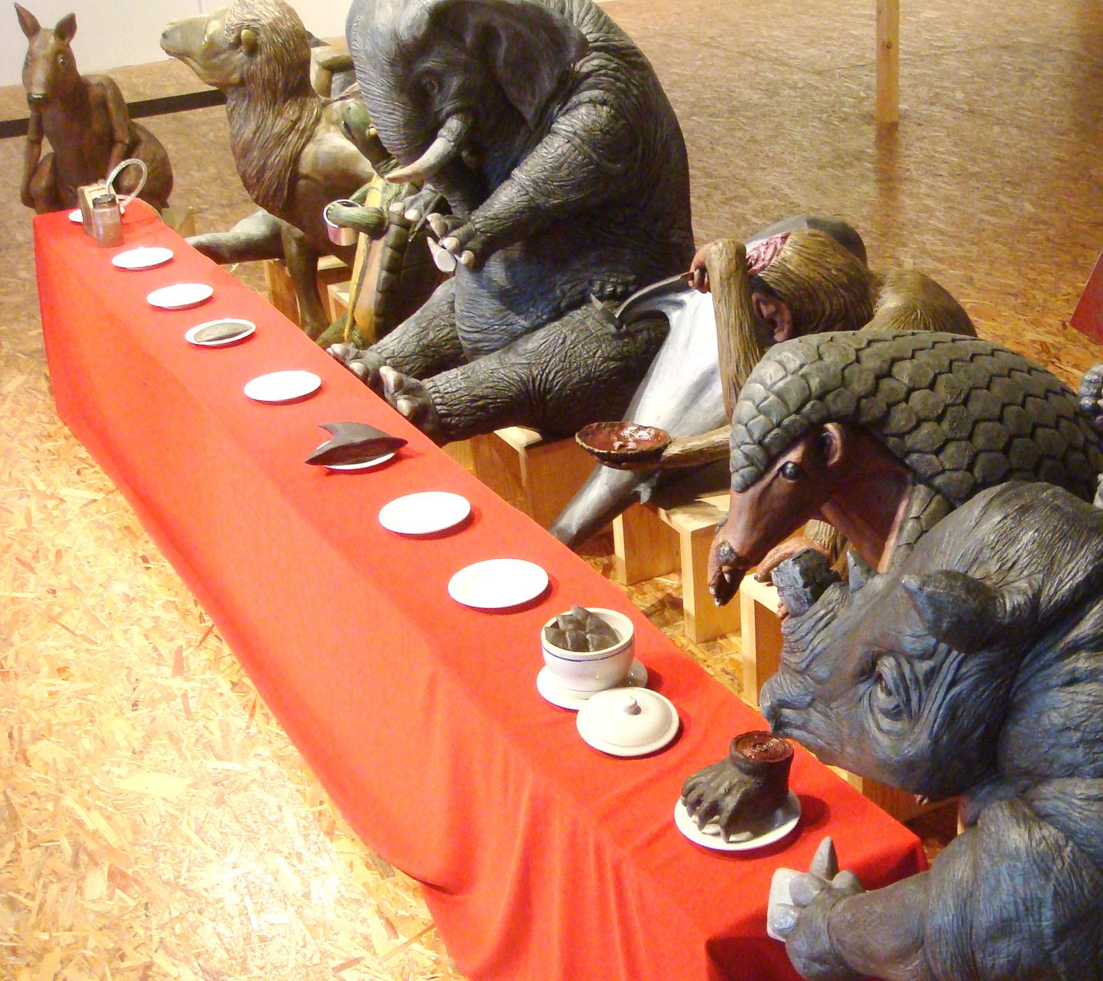 劉哲榮個展「Last Supper」 2012.10.06 ~ 2012.10.31  2012年秋季甫開張的黑白切,劉哲榮是第一檔備受好評的新銳藝術家。 劉哲榮重新演繹了一則家喻戶曉的聖經故事「最後的晚餐」,故事指出耶穌死 前與十二門徒共進晚餐的事件。藝術歷史裡常有藝術家以此作為發揮的題材, 其中最著名的是達文西所畫的同名之作。  劉哲榮取其共進晚餐的概念,把聖經人物轉換為十種不同種類動物,分別為大 象、鯨魚、熊、袋鼠、猴、海龜、食蟻獸等,餐點來自於彼此交換的食材,是 他們身上最具價值的熊掌、